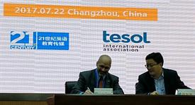 Christopher Powers, executive director of TESOL International Association, and Zhang Haigang, vice president of China Daily 21st Century English Education Media, sign the agreement forming a knowledge partnership between the two organizations.
